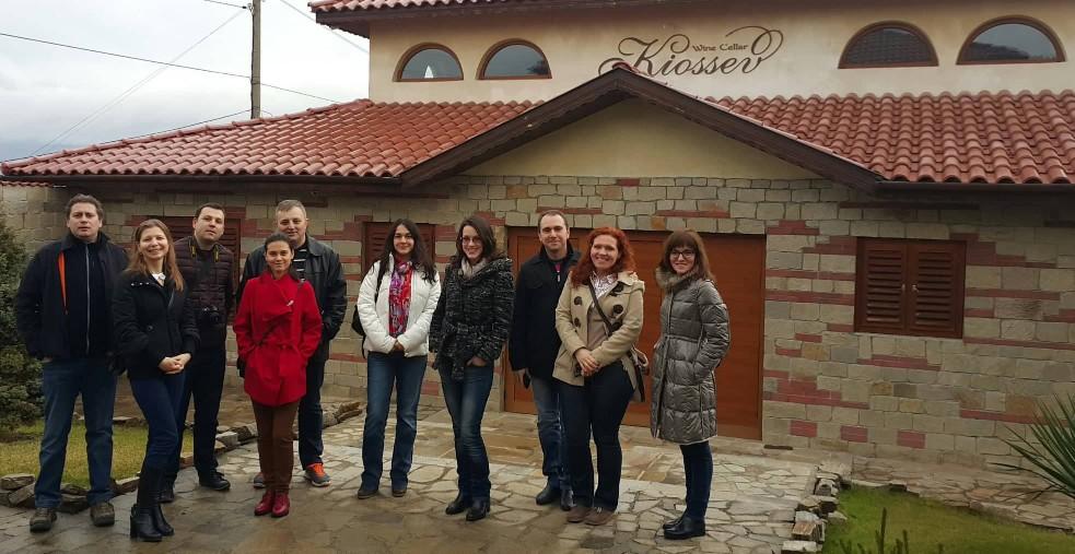 "Група посетители пред винарска изба ""Кьосев"" след винена дегустация"
